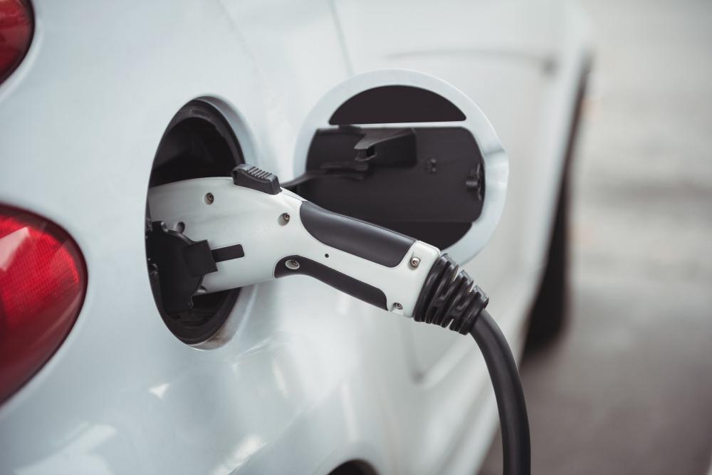 Ricaricare un'auto elettrica: quali sono i costi e le tempistiche di ricarica